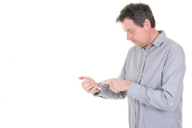 Mens die zijn telefoon gebruiken die sms typen texting