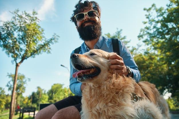 Mens en hond plezier, spelen, grappige gezichten maken