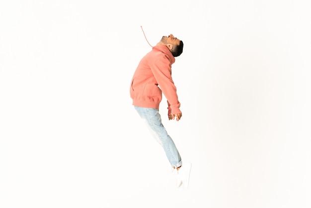 Mens het dansen de stijl van de straatdans over geïsoleerde witte muur