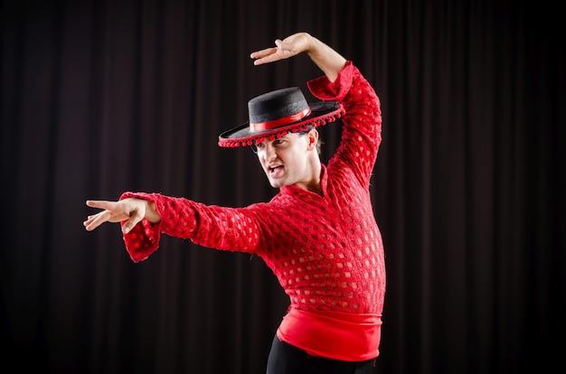 Mens het dansen spaanse dans in rode kleding
