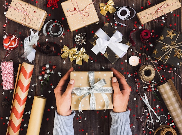 Mens in hand die de doos van de nieuw jaargift houdt