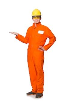 Mens in oranje die overtrekken op wit wordt geïsoleerd