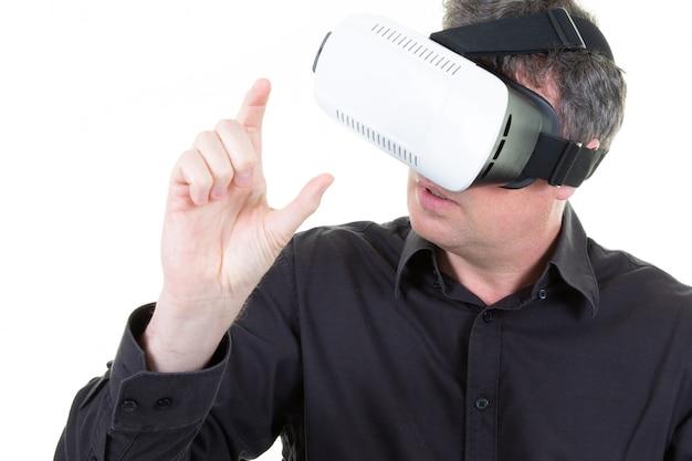 Mens in virtuele werkelijkheidsglazen vr in de studio op witte achtergrond in 3d afmeting