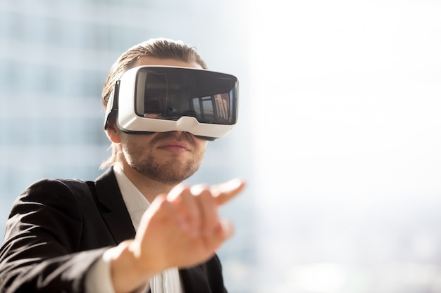 Mens in vr-hoofdtelefoon die gebaren in simulatie gebruiken