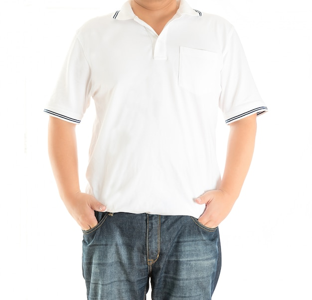 Mens in witte polot-shirt op wit
