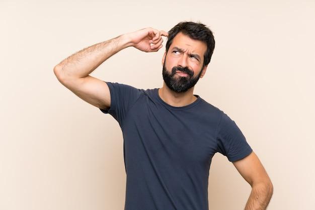 Mens met baard die twijfels hebben en met gezichtsuitdrukking verwarren