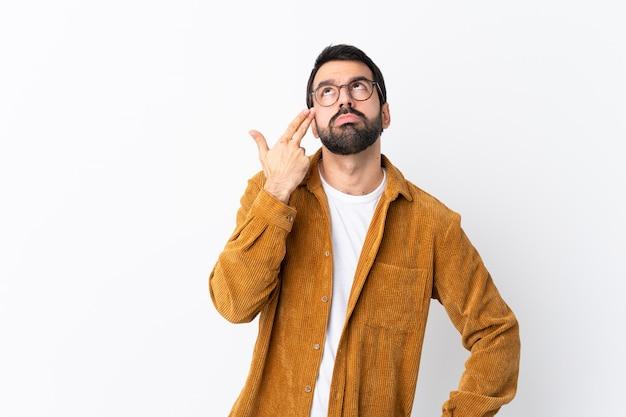 Mens met baard over geïsoleerde muur