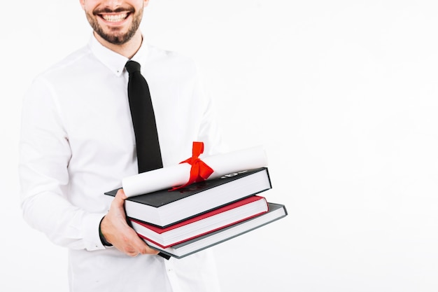Mens met boeken en diploma bijsnijden