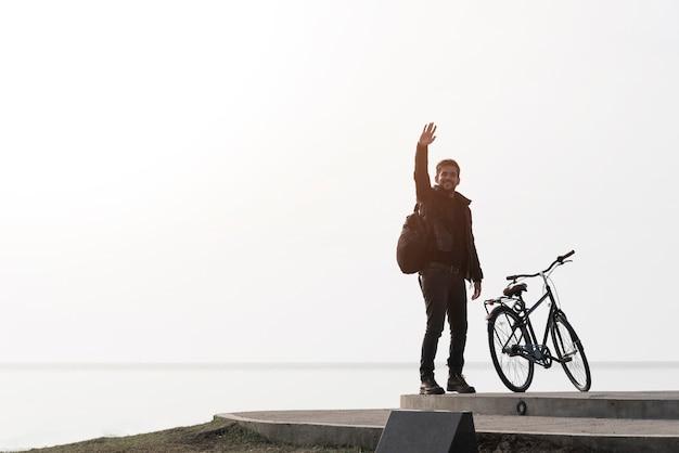 Mens met fiets op overzeese achtergrond