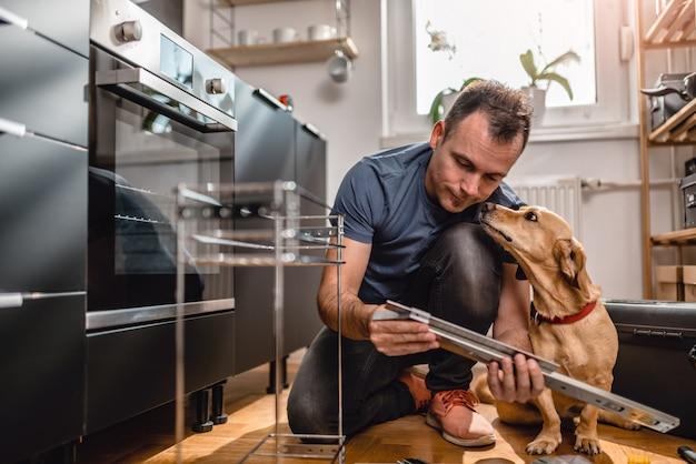 Mens met hond de bouwkeukenkasten