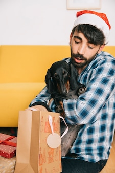 Mens met hond en kerstmishoed