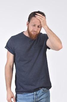 Mens met hoofdpijn op wit