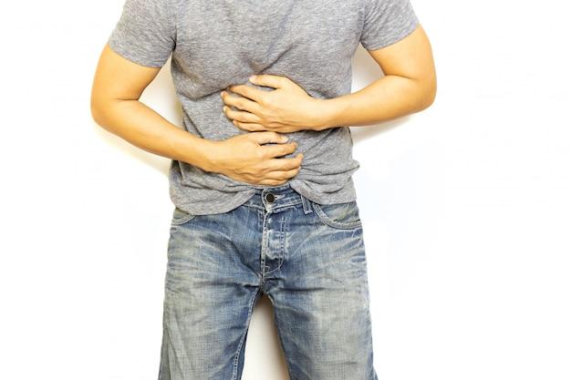 Mens met maagpijnhand die zijn gezond concept van de pijnlijke buik geïsoleerde zorg houden.