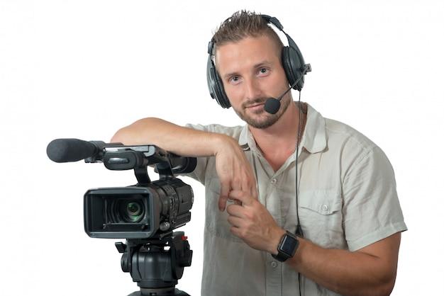 Mens met professionele camcorder die op witte achtergrond wordt geïsoleerd