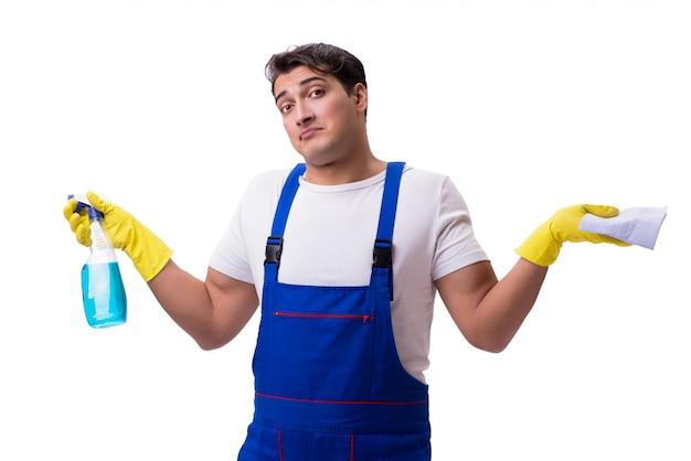 Mens met reinigingsmiddelen op wit wordt geïsoleerd dat