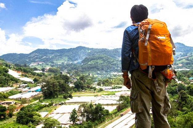 Mens met rugzak die in de reis van de bergenreis wandelen in het noordelijke platteland, thailand