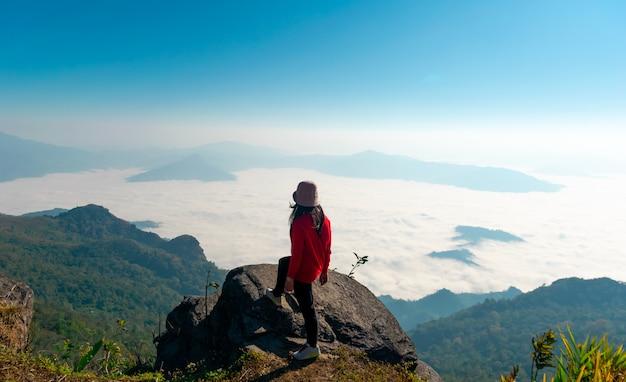 Mens op de klifberg klimmen voor reizen