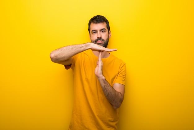 Mens op geïsoleerde trillende gele kleur die eindegebaar met haar hand maken om een handeling tegen te houden