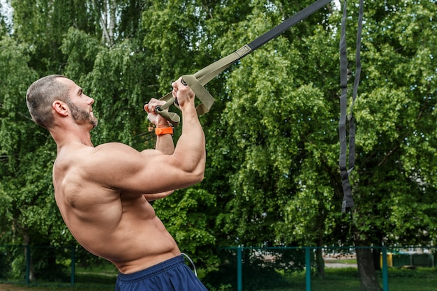 Mens tijdens training met opschortingsriemen
