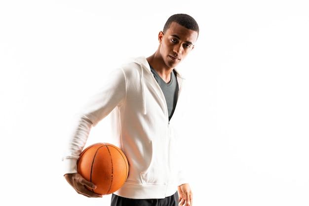 Mens van de afro isoleerde de amerikaanse basketbalspeler wit