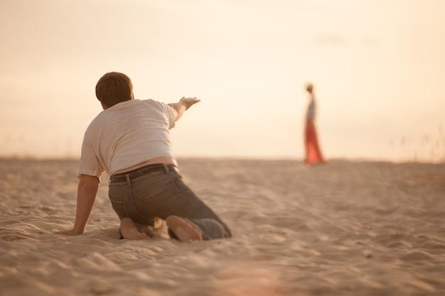 Mens. woestijn. dorst. het meisje was een mirage. zand. warmte. zon. lijden. worstelen. weerstand. crisis. droogte.