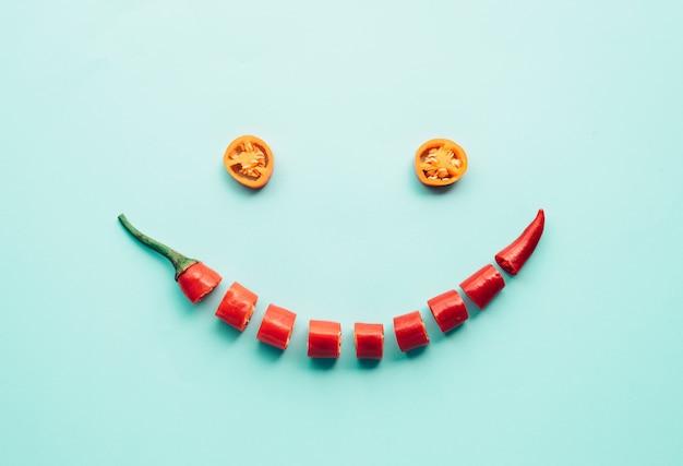 Menselijk gezicht lachend gemaakt van rode chili creativiteit voedselconcepten