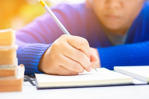 Menselijk leren en schrijven met boek