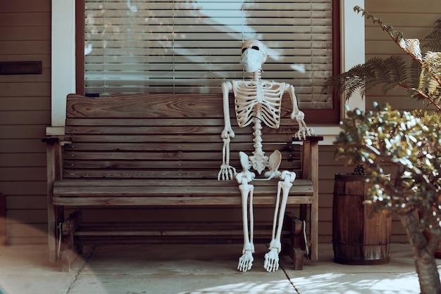 Menselijk skelet met masker, coronavirus, voor helloween. helloween huisdecoratie. horrorzombie. concept van covid pandemische halloween.