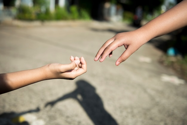 Menselijke hand die helpende hand geeft met onscherpe achtergrond