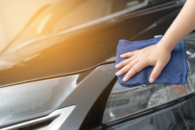 Menselijke hand die schoonmakende auto toont
