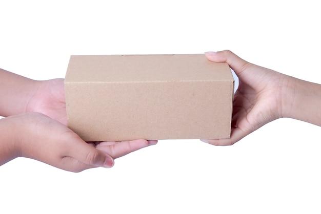 Menselijke hand geven kartonnen doos geïsoleerd op witte achtergrond