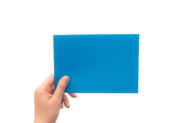 Menselijke hand houden virtuele visitekaartje, creditcard of blanco papier geïsoleerd op een witte achtergrond. deze foto heeft een uitknippad voor gemakkelijk te gebruiken.
