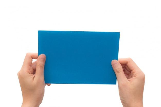 Menselijke hand houden virtuele visitekaartje of blanco papier geïsoleerd op een witte achtergrond.