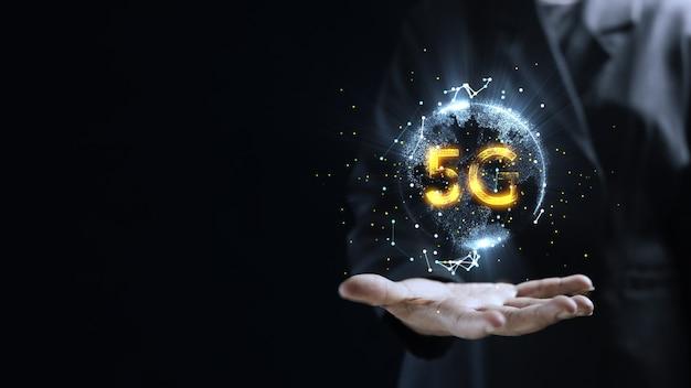 Menselijke hand met aarde 5g globe holografische technologie. futuristische visualisatie voor virtual reality en augmented reality. lege ruimte voor uw tekst.