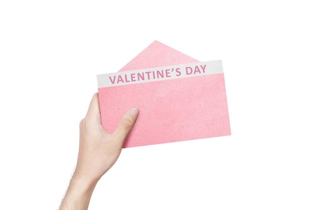 Menselijke hand met geopende roze envelop met valentijnsdag tekst geïsoleerd over witte muur