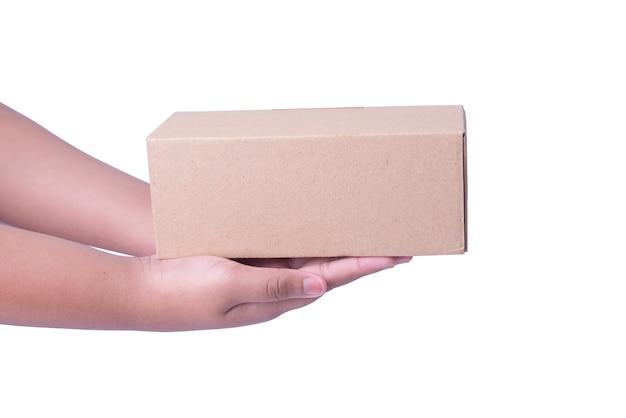 Menselijke hand met kartonnen doos geïsoleerd op witte achtergrond