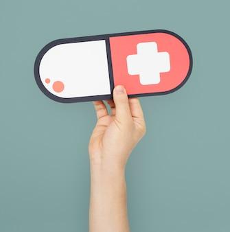 Menselijke hand met medicatie cross