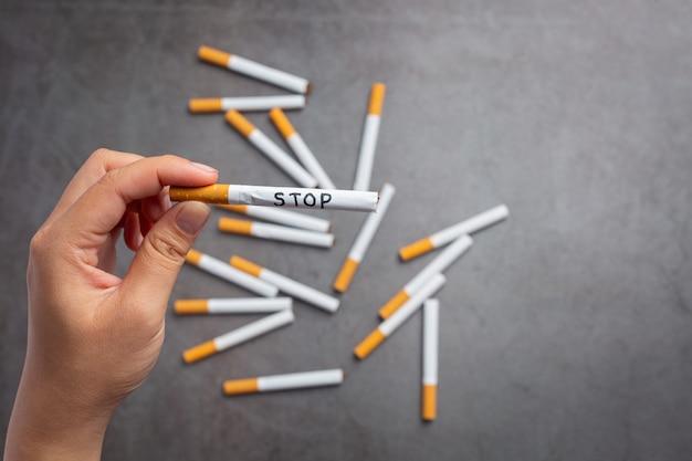 Menselijke hand met sigaret. wereld geen tabak dag concept.