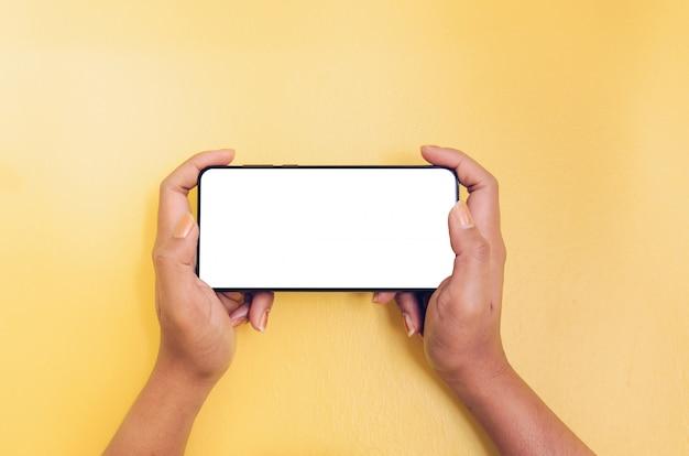 Menselijke hand met smartphone met witte schermachtergrond.