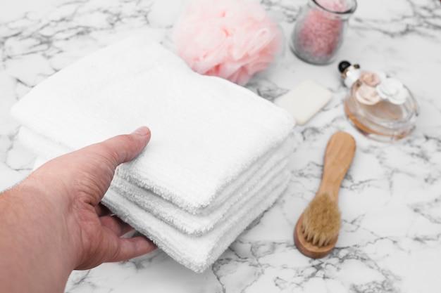 Menselijke hand plukken stapel handdoeken