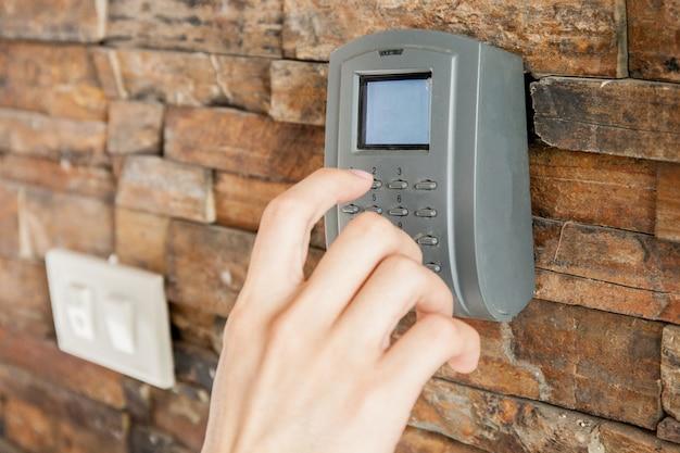 Menselijke hand te drukken op combinatie beveiligingscode