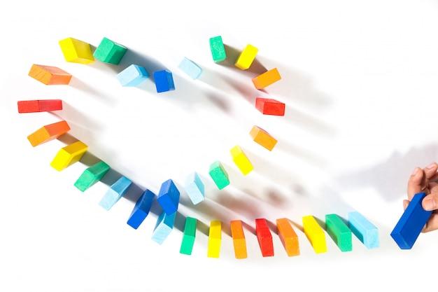 Menselijke hand touch domino's hartsymbool van homo geïsoleerd op een witte achtergrond.