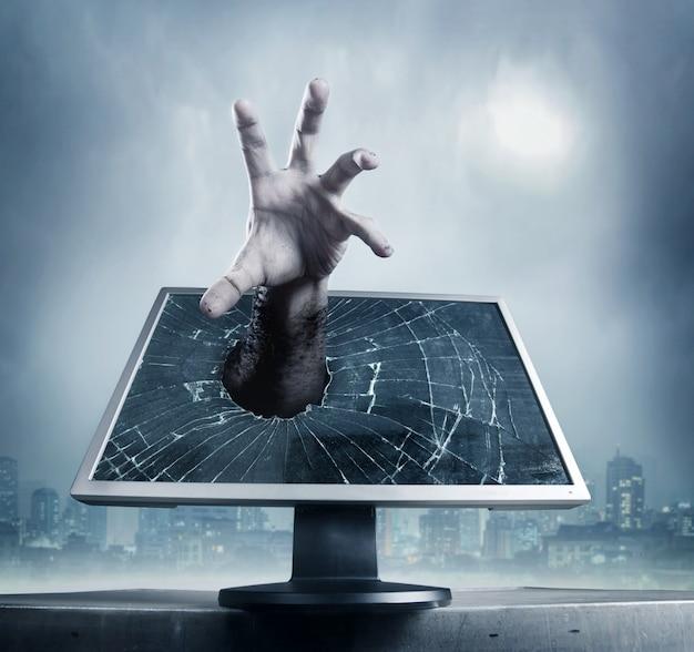 Menselijke hand van computerscherm