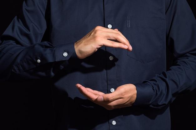 Menselijke handen dragen gebaren in blauwe kleding