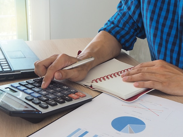 Menselijke handen met behulp van een rekenmachine