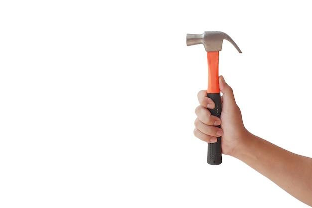 Menselijke handen met een hamer voor reparaties, geïsoleerd op een witte achtergrond met het uitknippad.