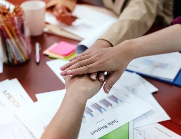 Menselijke handen op elkaar gestapeld symbool van teamwork