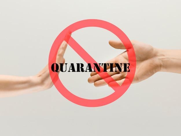 Menselijke handen trillen, vermijd begroeting tijdens coronavirusepidemie