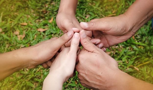 Menselijke klinknagels raken elkaar aan, verenigde handen samen