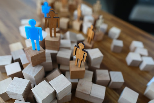 Menselijke modellen op podium op tafel